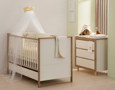 babyzimmer-simple-weiss-mit-eichenholz