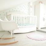 babyzimmer-gute-nacht-weiss-babybett-kleiderschrank-seite