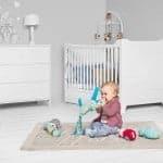 babyzimmer-cassy-kommode-mit-wickelaufsatz-babybett-schrank