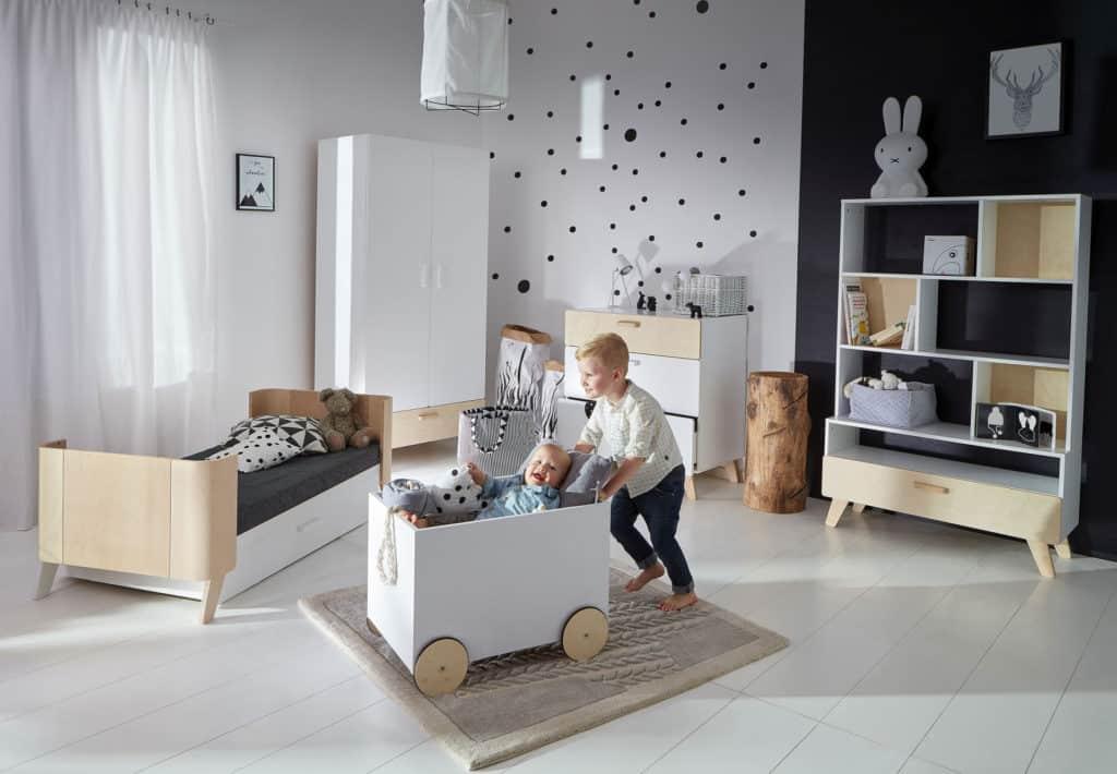 Kinderzimmer Hoppa 4-teilig mit Babybett, Kleiderschrank, Kommode, Bücherregal