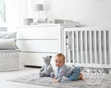 boston-grau-kollektion-von-zimmeria-in-hellgrau-gesteppt-babyzimmer-accessoires-deko